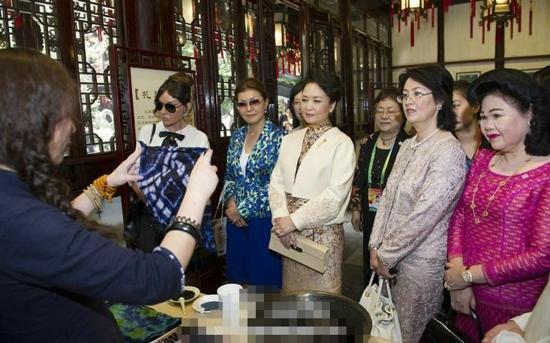 彭丽媛邀多国第一夫人游豫园 听沪剧吃小馄饨-摘录