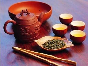 """3、铁观音茶    此茶具有清心明目,杀菌消炎,减肥美容和延缓衰老,防癌症、消血脂、降低胆固醇,减少心血管疾病及糖尿病等功效。人说""""春水秋香"""",所以,秋茶是茶中的精品,此时又是正逢铁观音秋茶上市。综合来看,秋季是铁观音的养生之季。"""