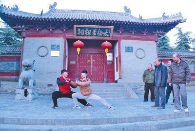 外地游客在观看陈家沟的小伙子们练习太极拳