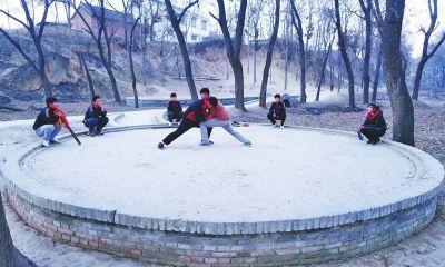 陈家沟的年轻人在练习太极推手