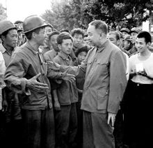 1976年,华国锋同志慰问唐山地震灾区人民